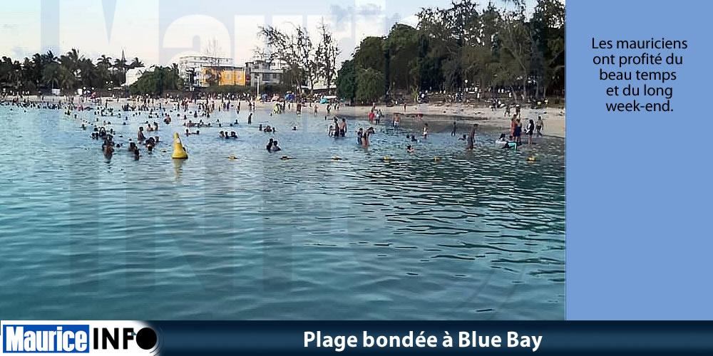 Plage bondée à Blue Bay