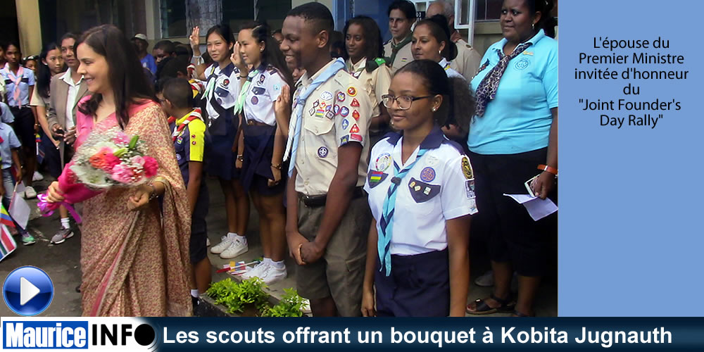 Les scouts offrant un bouquet à Kobita Jugnauth