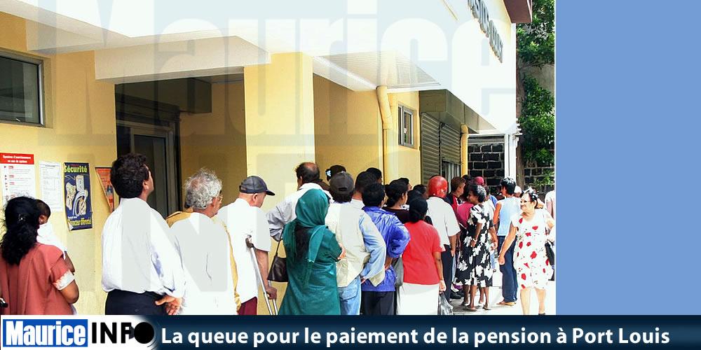 La queue pour le paiement de la pension à Port Louis